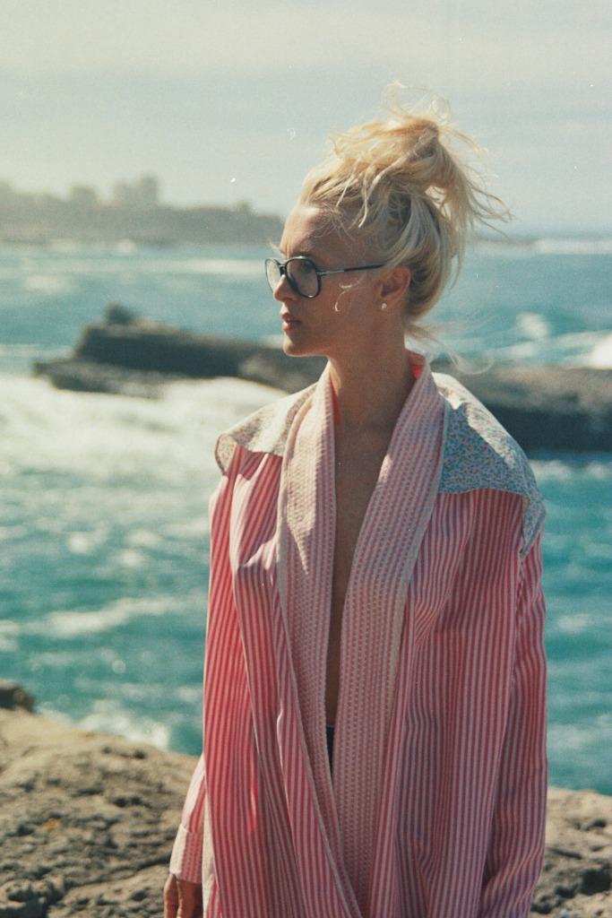 Anelore Baillardran créatrice de la marque Anelore et le rêve.  Porte une veste inspiration Kimono en soie pièce unique réalisée à Biarritz Photo : Maider Brouque @lafrangeinthewind